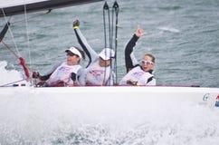 Femmes Wining sur la recherche pour l'or olympique de navigation. Photographie stock libre de droits