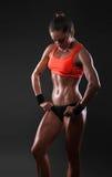 Femmina in abbigliamento di sport che si rilassa dopo l'allenamento Immagini Stock Libere da Diritti