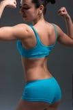 Femmina in abbigliamento di sport che si rilassa dopo l'allenamento Fotografia Stock Libera da Diritti