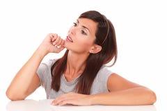 Femmina adulta pensierosa che si domanda e che cerca Fotografie Stock