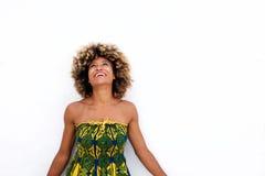 Femmina afroamericana in vestito da sole che sta sul fondo bianco immagine stock