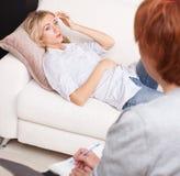 Femmina al ricevimento allo psicoterapeuta Fotografia Stock Libera da Diritti