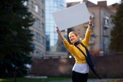 Femmina all'aperto con la scheda in bianco Fotografia Stock Libera da Diritti