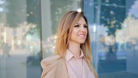 Femmina alla moda sorridente della città della passeggiata della donna di affari archivi video