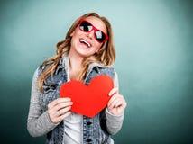 Femmina allegra con cuore di carta Fotografie Stock Libere da Diritti