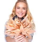 Femmina allegra con il mazzo di foglie fotografia stock