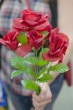 Femmina anonima che sostiene le rose Immagine Stock Libera da Diritti