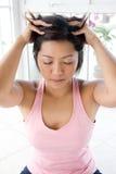 Femmina asiatica che si dà massaggio capo delicato Immagine Stock Libera da Diritti