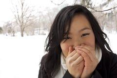 Femmina asiatica fredda e di congelamento Immagine Stock