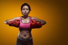 Femmina asiatica sportiva del pugile con i guanti rossi Fotografia Stock