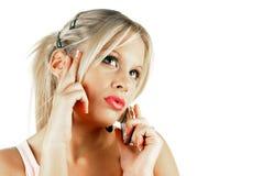 Femmina attraente che fa una chiamata di telefono fotografia stock libera da diritti