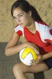 Femmina attraente che tiene una pallacanestro Fotografia Stock