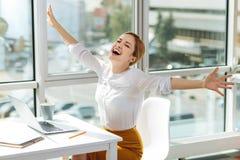 Femmina bionda felice che celebra il suo successo Immagine Stock Libera da Diritti