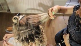 Femmina bionda nel salone di capelli Parrucchiere su fondo stock footage