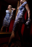 Femmina bionda in vestito blu fotografia stock