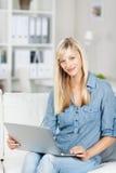 Femmina casuale con il computer portatile Immagine Stock Libera da Diritti