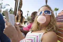 Femmina caucasica che mangia gomma da masticare Fotografia Stock