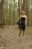 Femmina che cammina nella foresta Fotografia Stock