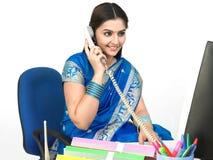 Femmina che comunica sul telefono Fotografia Stock
