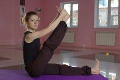 Femmina che fa yoga Fotografie Stock Libere da Diritti
