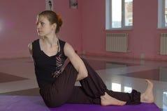 Femmina che fa yoga Immagini Stock