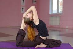 Femmina che fa yoga Fotografia Stock