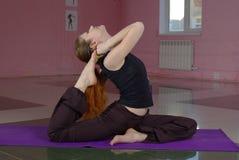 Femmina che fa yoga Fotografie Stock