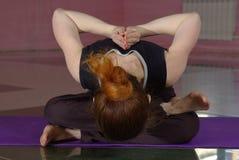 Femmina che fa yoga Fotografia Stock Libera da Diritti