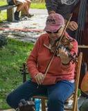 Femmina che gioca un violino alla secondi musica e Art Festival annuali fotografia stock