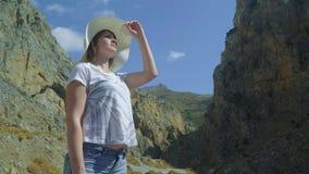 Femmina che guarda le viste pittoresche attraverso il canyon Isola del Crete video d archivio