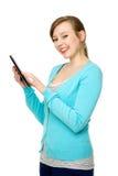 Femmina che per mezzo del ridurre in pani digitale Immagine Stock Libera da Diritti