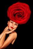 Femmina che porta cappello floreale Immagini Stock