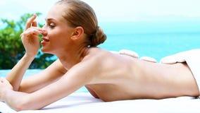 Femmina che prende massaggio di pietra caldo in all'aperto stock footage