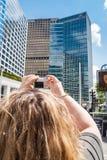 Femmina che prende un'immagine del grattacielo di PricewaterhouseCoopers, Vancouver Fotografie Stock