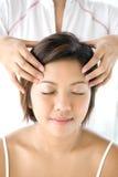femmina che riceve massaggio capo delicato e di distensione Fotografie Stock Libere da Diritti