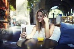 femmina che si fotografa con la macchina fotografica digitale dello Smart Phone Fotografia Stock