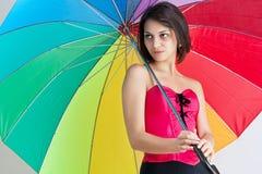 Femmina che si leva in piedi sotto l'ombrello Immagine Stock Libera da Diritti