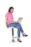 Femmina che si siede sulla presidenza e sul funzionamento Fotografia Stock Libera da Diritti