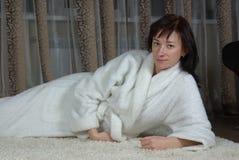 Femmina che si trova su una moquette Immagini Stock