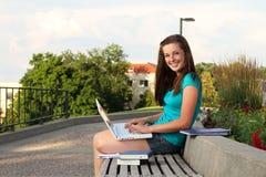 Femmina che studia sulla città universitaria Immagine Stock
