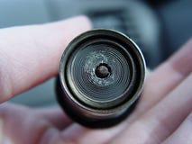 Femmina che tiene un accendino dell'automobile Fotografie Stock