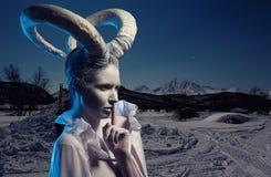 Femmina con body art della capra Fotografia Stock