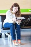 Femmina con gli apparecchi elettronici che spende tempo Fotografia Stock Libera da Diritti