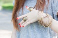 Femmina con i braccialetti Immagini Stock