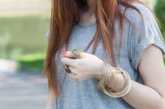Femmina con i braccialetti Immagine Stock
