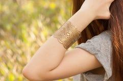 Femmina con i braccialetti Fotografie Stock Libere da Diritti