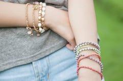 Femmina con i braccialetti Fotografia Stock Libera da Diritti