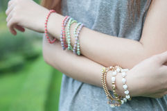 Femmina con i braccialetti Fotografia Stock