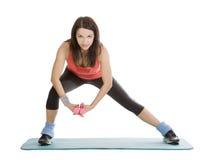 Femmina con i dumbbells di forma fisica nell'allungamento Fotografia Stock