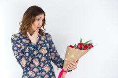 Femmina con i tulipani, regalo attraente l'8 marzo Fotografie Stock Libere da Diritti